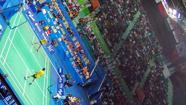 2010年大会でのバドミントン会場。ソフトテニス会場に隣接した巨大アリーナ。しかし連日チケットはソールドアウト、常に超満員、応援のエキサイト振りもすごい。バドミントンはアジアが世界の中心であることを思えば当然か。スーパースターが次々に登場。