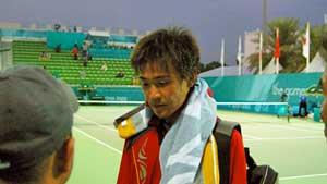2006年ドーハ大会のソフトテニスメインコート。男子シングルス決勝直後ミックスゾーンでインタヴューをうける篠原秀典。