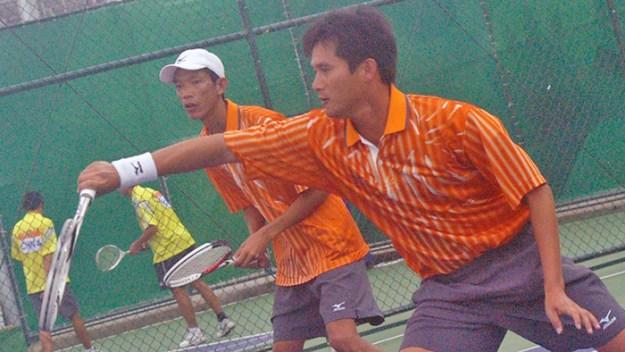 王俊彦・方同賢(台湾)。菅野・篠原戦にて。出足、強力なベースラインからの攻撃に0−2のリードを許すが、以降フレキシブルにテニスを変化させて逆転。いろんな意味でターニングポイントとなった重要な一戦。