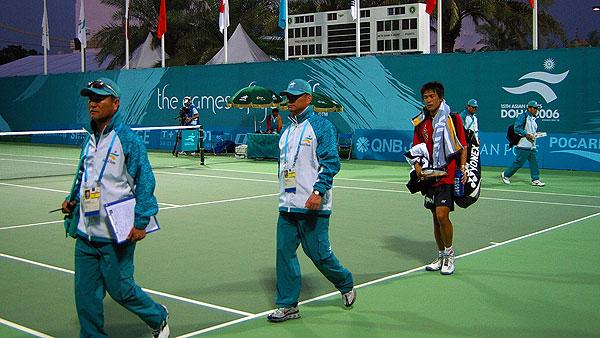 2006ドーハ大会風景。シングルス決勝を終えた篠原。アジア競技大会はオリンピックに準ずるあるいは同等のスケールで運営される。他のソフトテニス大会とは比較を絶するスケールとなる。