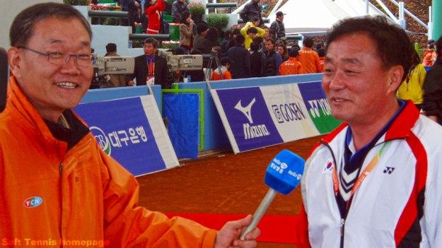 2011世界選手権団体優勝直後にテレビ局のインタヴューに応えるキムジョンデ監督。韓国男子を20年振りの団体世界一に導いた。