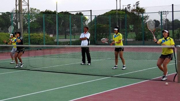2012年アジア選手権直前合宿(鹿児島)において女子前衛陣を指導する斎藤監督、