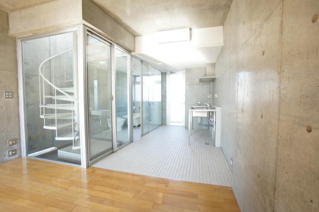 リフュージュ アイ サウス702号室部屋からキッチンを眺めて|SOHO東京