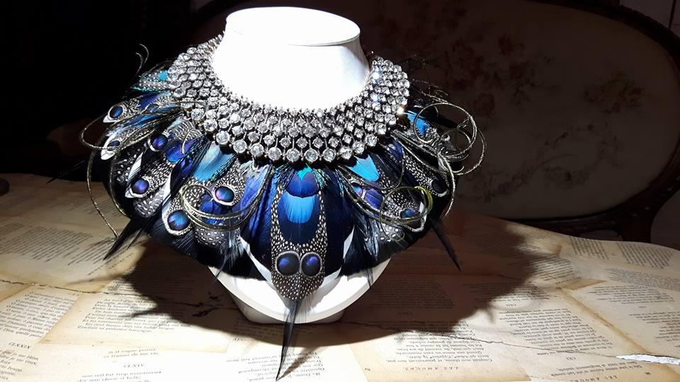 Bijoux d'exception, parure brillante en plumes de paon et Ara