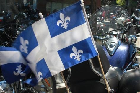 Journée du loup 2014 : Drapeau du Québec sur une moto Harley-Davidson
