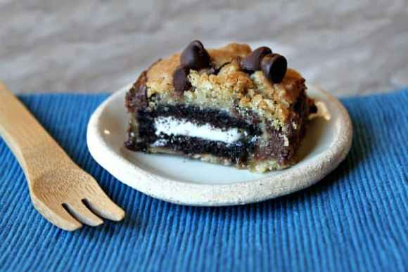 Oreo-and-Caramel-Stuffed-Chocolate-Chip-Cookie-Bars-1