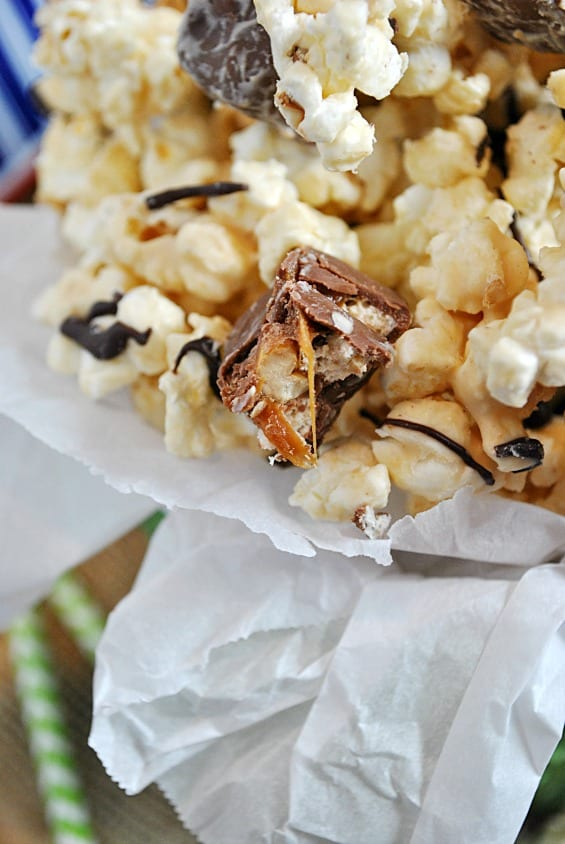 Peanut Butter Candy Bar Popcorn | www.somethingswanky.com #shop #cbias #gamedaybites
