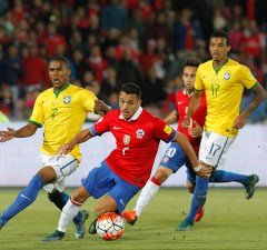 SANTIAGO, CHILE - OCTOBER 08:  Alexis Sanchez (C) of Chile drives the ball during a match between Chile and Brazil as part of FIFA 2018 World Cup Qualifier at Estadio Nacional on October 08, 2015 in Santiago, Chile. (Photo by Claudio Santana/LatinContent/Getty Images)