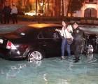 Y en la imagen del día... Salen de fiesta y terminan dentro de una fuente con todo y auto