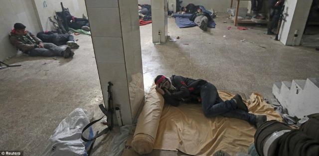 A falta de camas, el piso ofrece un reconfortante descanso.