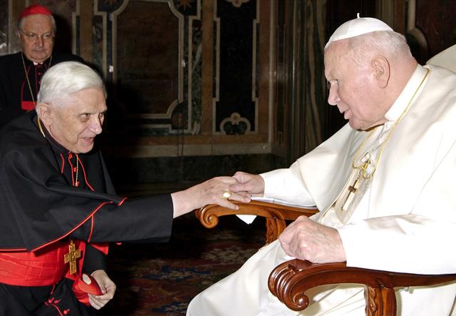 Juan Pablo II recibe felicitaciones navideñas del cardenal Joseph Ratzinger, 2003