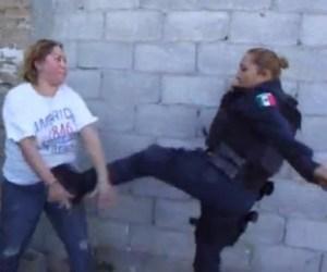 patada-policia-mujer