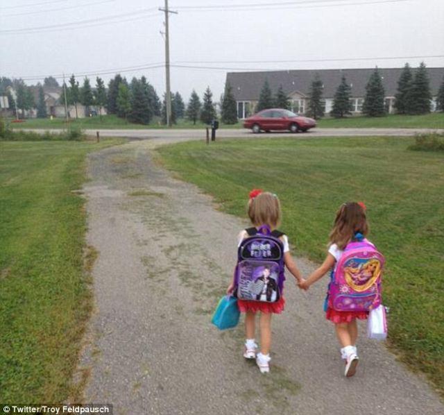 Mi hija mayor llevando a la menor a su primer día de clases