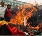 Bolivianos prenden fuego a la bandera de Estados Unidos