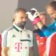 Video: Casi noquean a Pep Guardiola cuando se iba a tomar la foto oficial del equipo