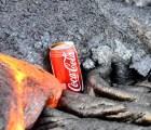 ¿Qué pasa cuando una lata de Coca Cola es tocada por lava?