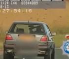 WTF!?!? Un hombre conducía a 100 kilómetros por hora sin agarrar el volante