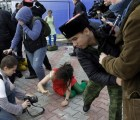 Video: agreden a latigazos a miembros de Pussy Riot en Sochi