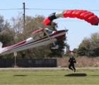 "Microinfarto: Avioneta ""atropella"" a un paracaidista"