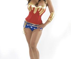 ¿Buscaban una Mujer Maravilla? Acá tienen a Denise Milani