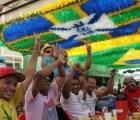 Mitad de brasileños de acuerdo con realizar Mundial, dice encuesta
