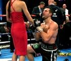 Doble victoria: boxeador propone matrimonio después de nocaut