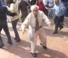 Un abuelo te enseña a poner el ambiente durante el bailongo