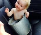 La bebé atrapada en una cubeta de metal, que a pesar de todo era feliz