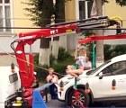 Mujer realiza un striptease con tal de que la grúa no se lleve su auto