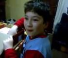 """La conmovedora reacción de un niño que recibe una """"tableta"""" de regalo"""