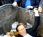 Video: Manifestantes tiraron a la basura a un diputado ucraniano