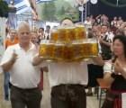 Éste sí es récord: mesero lleva 27 tarros de cerveza a la vez