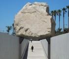 """Levitated Mass: la piedra de 340 toneladas que """"flota"""""""
