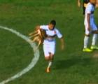 Perro invade un campo y muerde a futbolista, ¿suerte para él?