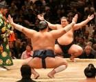 Le regalaron un dulce gigante por ganar en el sumo