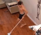 Lo graban bailando en chones mientras hace el 'quehacer' y el video se vuelve viral