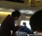 Pasajero chino abre puerta de avión al momento de despegar