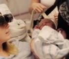 Una mujer ciega mira por primera vez a su bebé