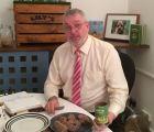 Conoce al hombre que trabaja comiendo alimento para perros