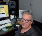 Un paseo por la colección de sintetizadores y memorias de Mark Mothersbaugh
