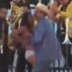 """Alcalde que """"robó poquito"""" sube falda de mujer en público"""