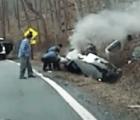 Policias rescatan a mujer inconsciente, antes de que explote su auto