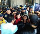 Enfrentamiento de invidentes contra granaderos en el Zócalo
