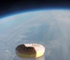 Envían una dona al espacio porque eso sí es progreso
