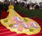 Así se han pitorreado en redes sociales del vestido amarillo de Rihanna