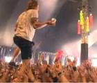 Like a boss: cantante atrapa cerveza que le aventaron del público