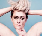 "Peaches nos presenta a una trapecista muy peculiar en ""Light in Places"""