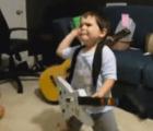 Así reaccionó un niño de dos años al escuchar por primera vez a Rage Against The Machine