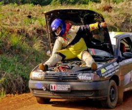 copiloto-Mauricio-Sainz-acelerando-sentado-motor