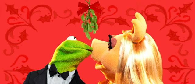 640px-Mistletoe_kiss_kermit_and_piggy